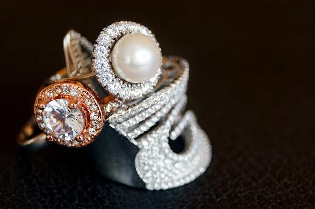 Biżuteria damska komplety - idealny pomysł na prezent